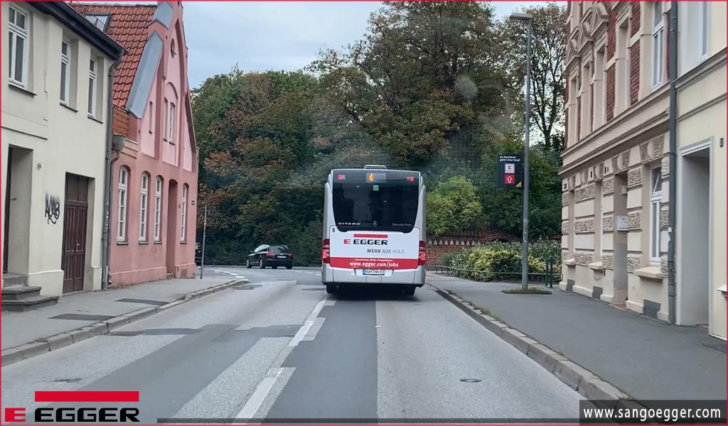 Xe bus Egger chạy trên đường phố Đức