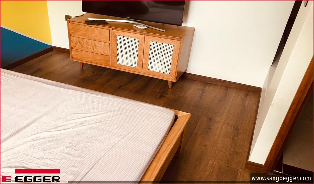 Sàn gỗ Egger EPL 075 lắp đặt trong phòng ngủ
