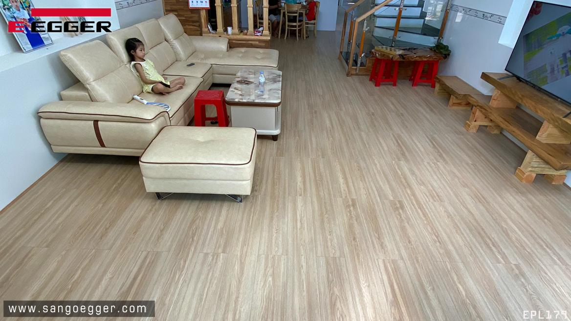 Sàn gỗ Egger EPL179 Aqua+ lắp đặt phòng khách thực tế
