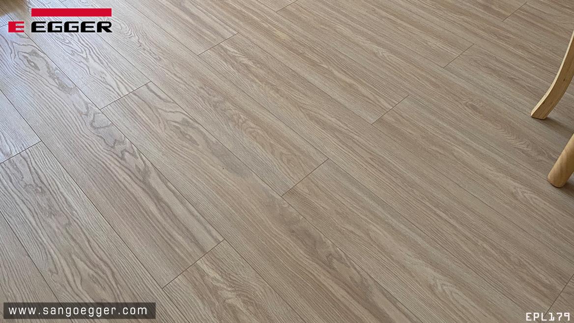 Vân gỗ thực tế của sàn gỗ EPL179 Aqua khi nhìn gần